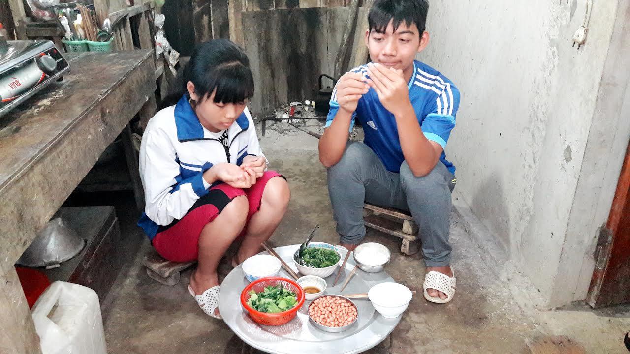 Những bữa cơm của hai anh em Giang và Thảo hiếm khi đầy đủ thịt cá