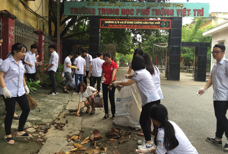 Hội CTĐ trường THPT Việt Trì Hưởng ứng chiến dịch làm cho thế giới sạch hơn