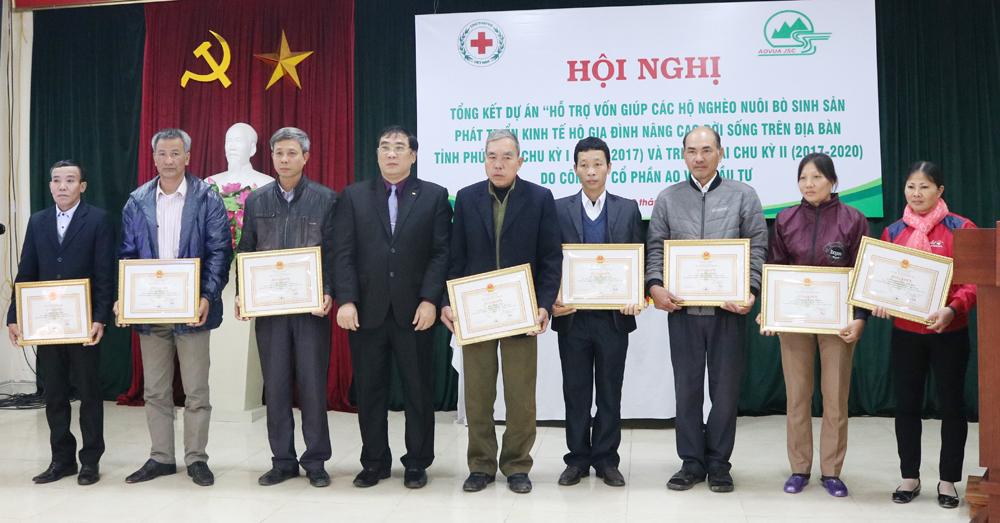 Lãnh đạo Hội chữ thập đỏ tỉnh trao phần thưởng cho các cá nhân tiêu biểu thực hiện dự án