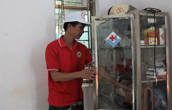 Ông Phan Tất Thọ kiểm tra lại dụng cụ sơ, cấp cứu để luôn chủ động khi tai nạn xảy ra