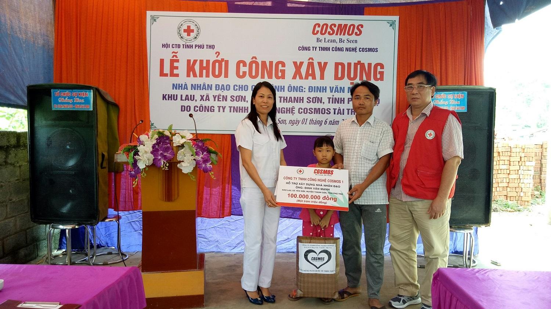 Đại diện Công ty TNHH Công nghệ Cosmos trao tiền hỗ trợ cho gia đình cháu Đinh Thị Minh Tuyền