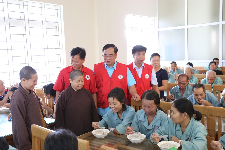 Đại diện lãnh đạo Hội CTĐ tỉnh và nhà tài trợ cấp cháo cho bệnh nhân