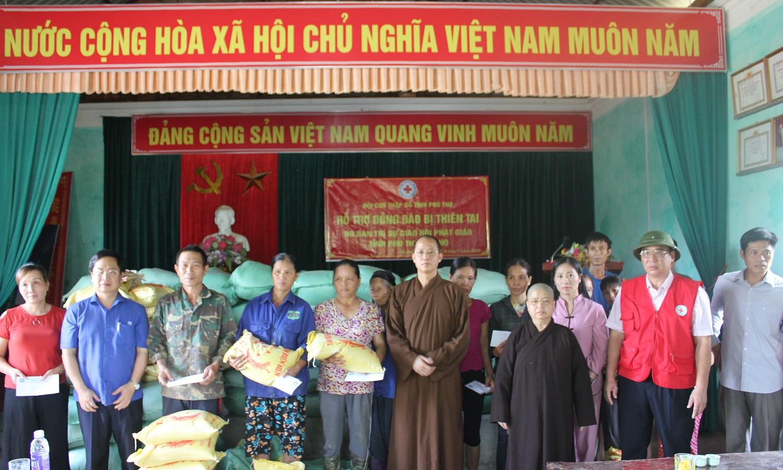 Ban trị sự Phật giáo Việt Nam tỉnh phối hợp với Hội Chữ thập đỏ tỉnh đã tổ chức thăm hỏi tặng quà cho người dân bị thiệt hại do lũ tại huyện Thanh Sơn