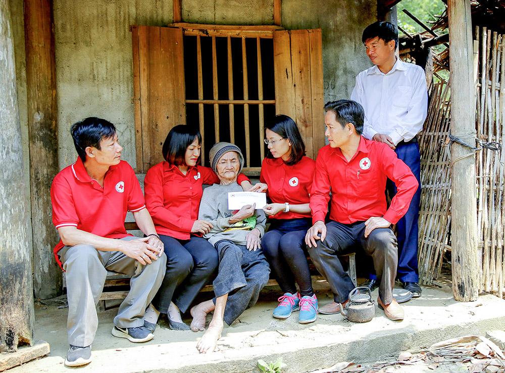 Hội Chữ thập đỏ tỉnh hỗ trợ gia đình có hoàn cảnh khó khăn ở huyện Thanh Sơn
