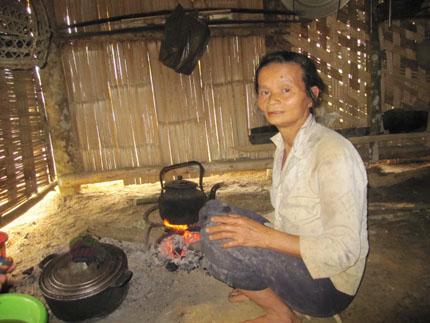 Do cuộc sống vất vả, mẹ của Nhượng gầy, yếu và già hơn so với tuổi 50
