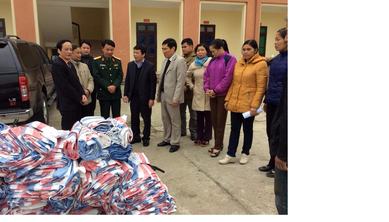 """Viettel Phú Thọ tặng bạt chống rét cho các hộ chăn nuôi bò  thuộc chương trình """"Chung tay vì cộng đồng"""" huyện Tân Sơn"""