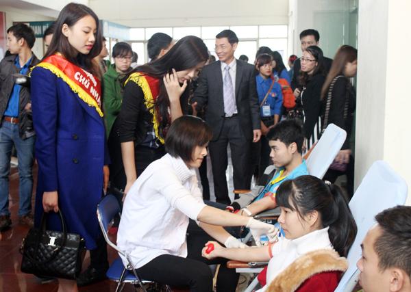 Sinh viên Trường Đại học Hùng Vương tham gia hiến máu tình nguyện.