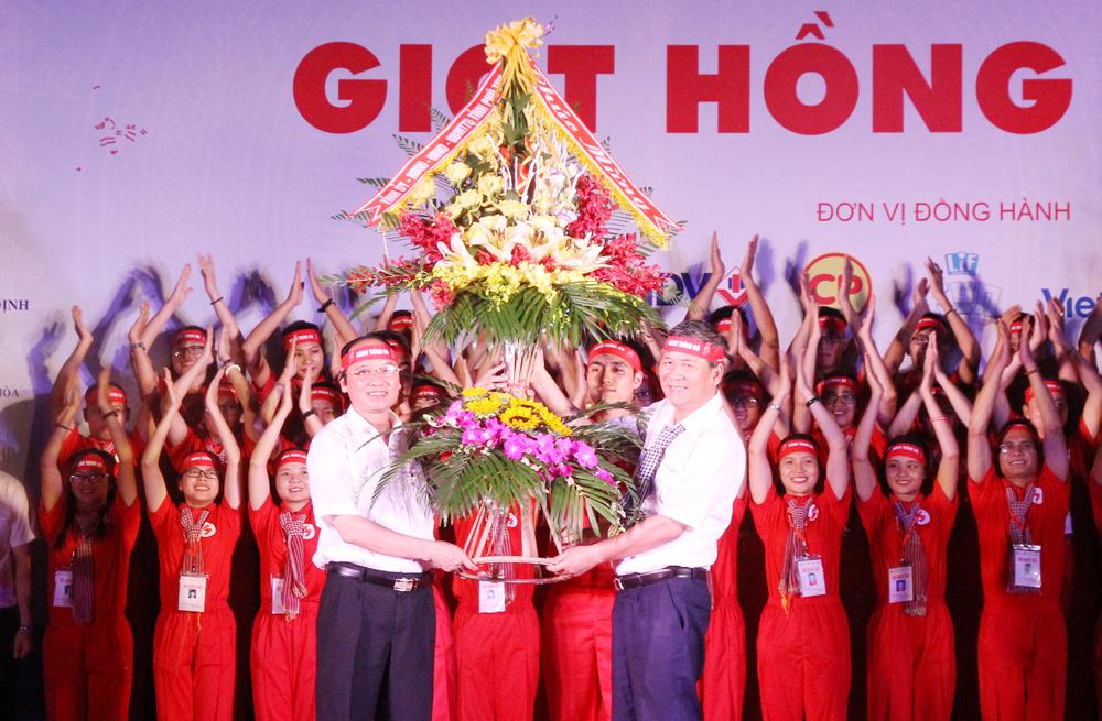 Đồng chí Hà Kế San- Ủy viên BTV Tỉnh ủy, Phó Chủ tịch UBND tỉnh, Trưởng BCĐ vận động hiến máu tình nguyện tỉnh tặng hoa chúc mừng đoàn hành trình