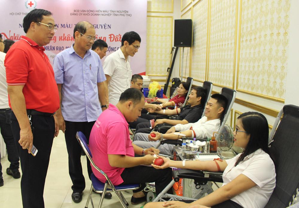 Đại diện Ban chỉ đạo vận động hiến máu tình nguyện tỉnh và Ban chỉ đạo vận động hiến máu tình nguyện Đảng ủy khối Doanh nghiệp tỉnh thăm hỏi, động viên các tình nguyện viên hiến máu.