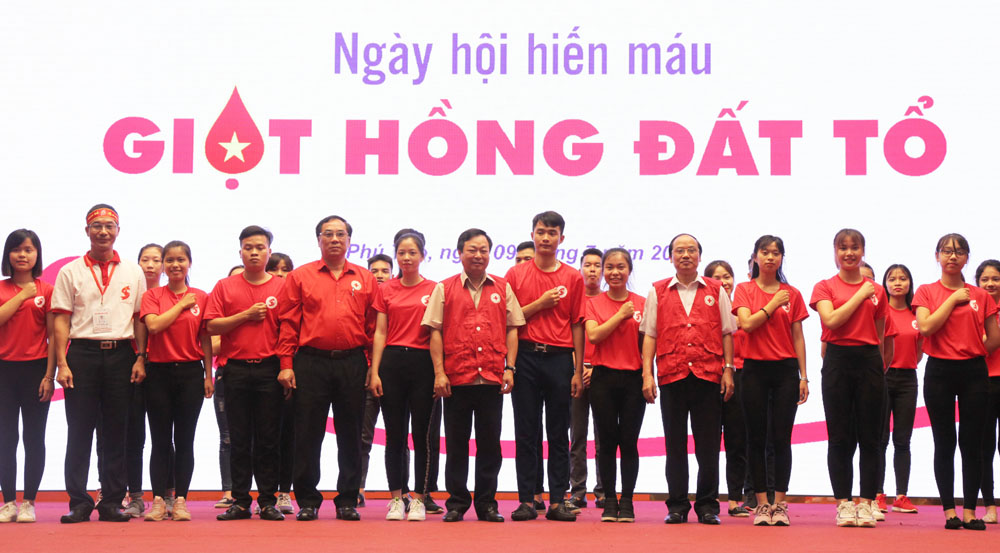"""Các đồng chí lãnh đạo tỉnh, Ban vận động hiến máu tình nguyện tỉnh, tình nguyện viên chương trình """"Giọt hồng đất Tổ"""" kêu gọi mọi người tham gia hiến máu cứu người"""